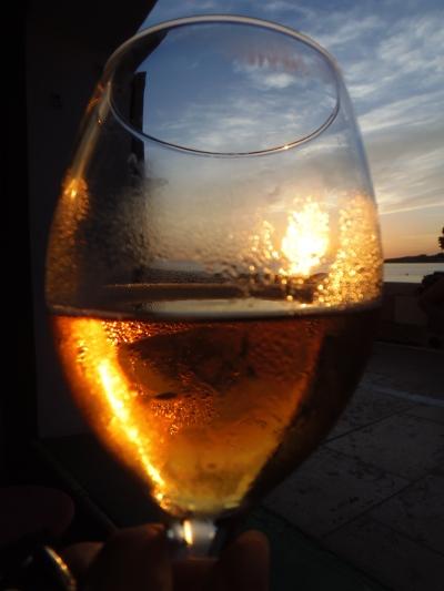 Con la cerveza a litros mirando la puesta del sol
