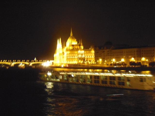 il lungo Danubio e il Parlamento illuminati